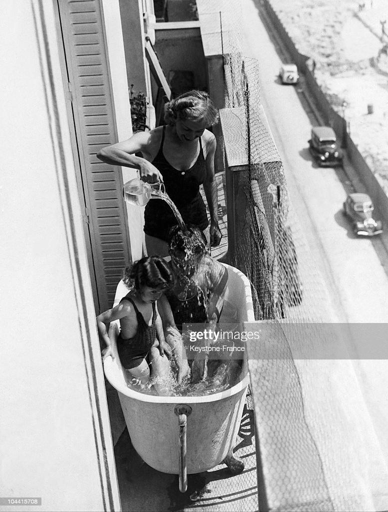 On A Balcony In Paris, The Refresh Break With Family, 1937. : Fotografía de noticias