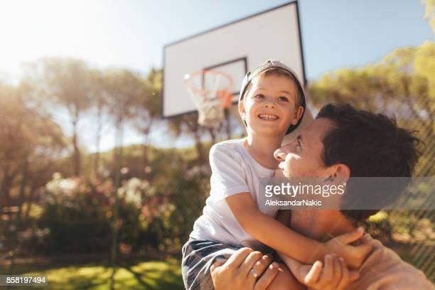 na quadra de basquete com o meu pai - equipamento de lazer - fotografias e filmes do acervo