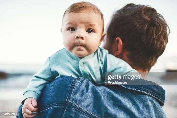 Sur les bras de papa où il appartient
