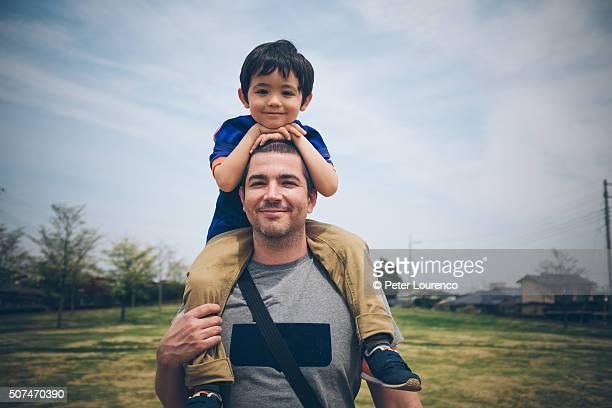 on dads shoulders - peter lourenco stockfoto's en -beelden