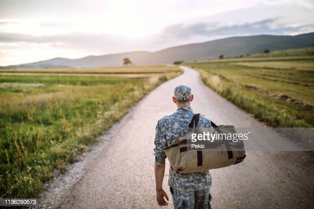 auf dem heimweg - soldat stock-fotos und bilder