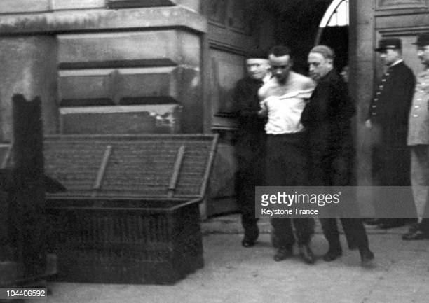 On June 17 in front of Saint Pierre prison in Versailles Eugene WEIDMANN a prisoner condemned to death is lead to the guillotine The trunk seen on...