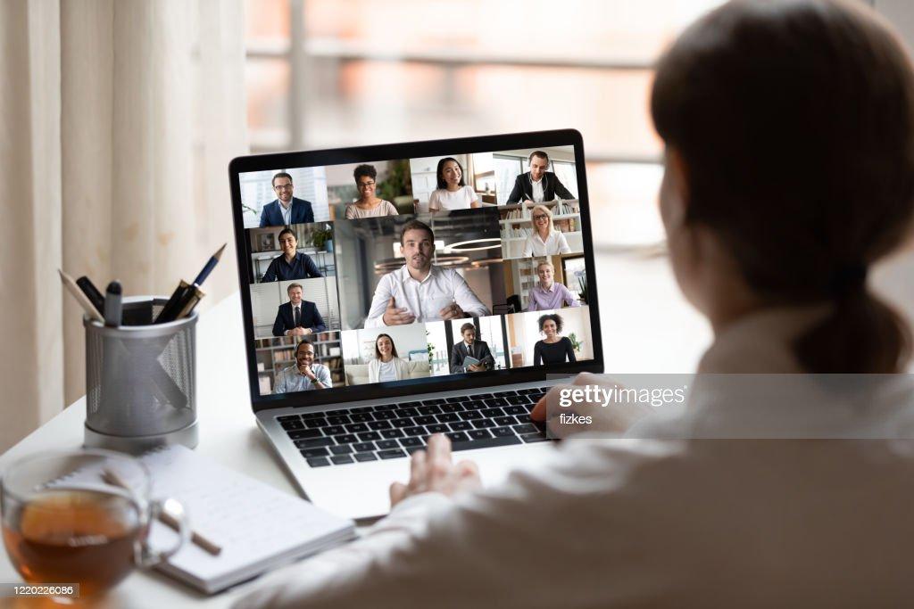 Op laptop diverse mensencollagewebcammening over vrouwenschouder : Stockfoto