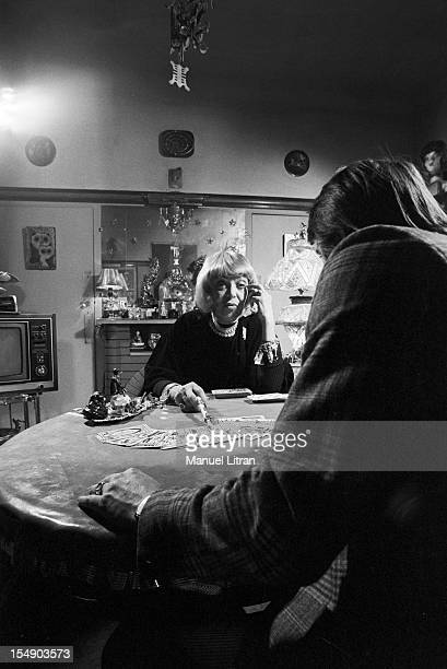 On March 14 1973 in Paris with maps in hand the visionary Mrs Frederika including elites known as 'Russian' reads the cards to a client during a...