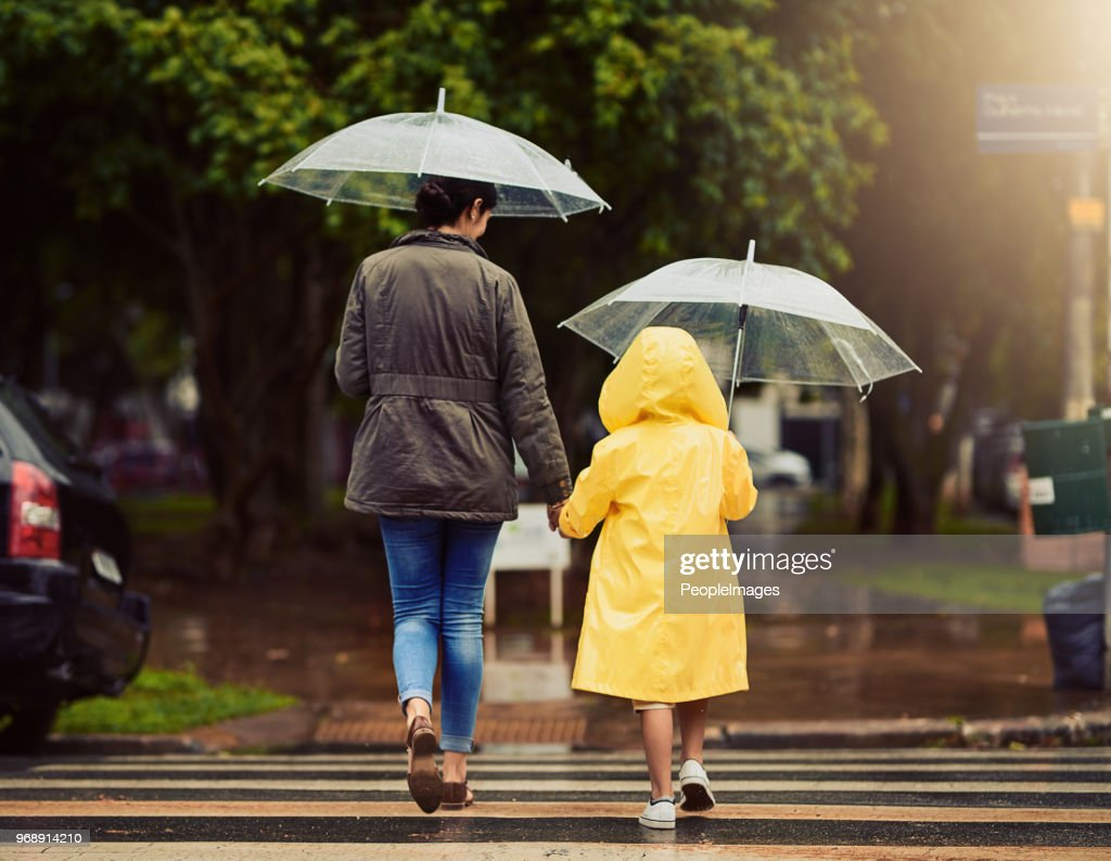 Auf unserem Weg durch den Regen gehen wir : Stock-Foto