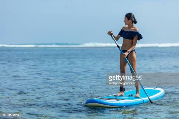 le paddleboard - lagon photos et images de collection