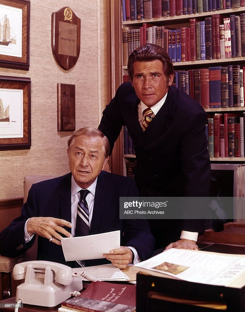 ROBERT YOUNG;JAMES BROLIN : News Photo