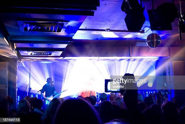 Auf der Bühne, live-Konzert im club, light-show, fans jubeln