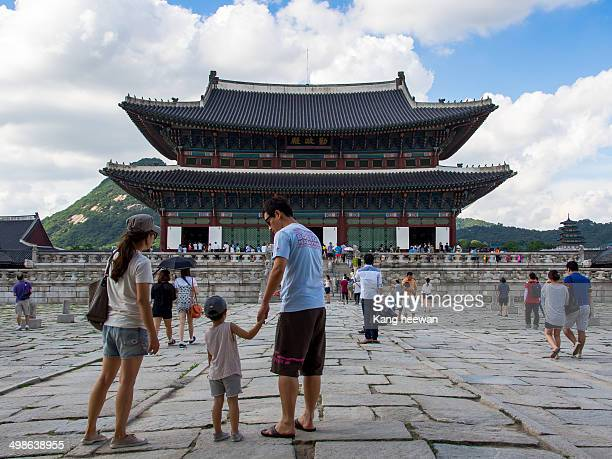 CONTENT] On Sunday the family went on an outing to the Gyeongbokgung Palace