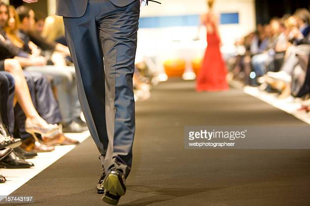 on the catwalk - modeshow stockfoto's en -beelden