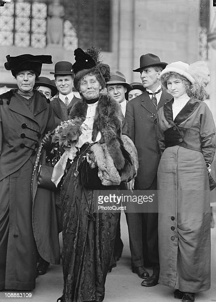 On the far left American suffragist Lucy Burns of the Congressional Union For Women Suffrage stands next to Mrs Emmeline Pankhurst probably in...