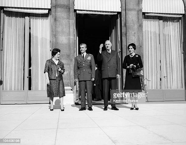 On the frontstep of the Elysee from left to right Mrs DE GAULLE the Irani Shah General DE GAULLE and the empress Farah DIBA