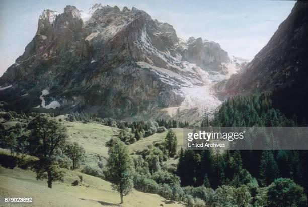 On the ice of the glacier fall the larger and smaller rock debris which losbršckeln of the cliffs between which the glacier writhe through as a...
