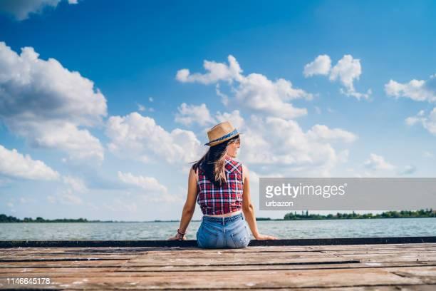 aan de oever van het meer - pier stockfoto's en -beelden