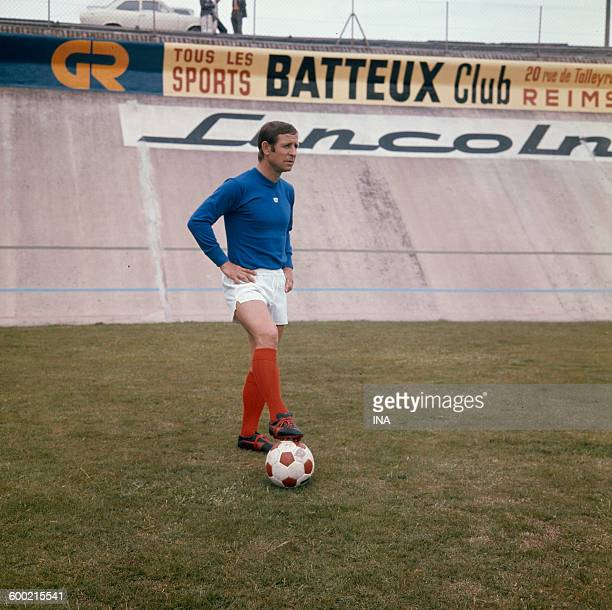 On the lawn of the stage Auguste Delaune de Reims, the French soccer player Raymond Kopa in pair of shorts and ball in the foot.