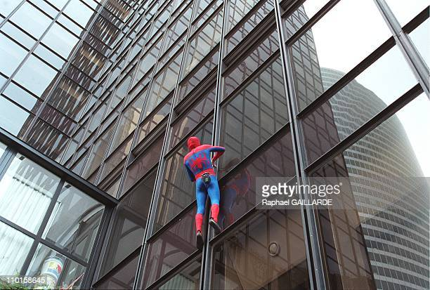 On the occasion of the release of the movie 'Spiderman' building climber Alain Robert dresses up as the famous superhero and climbs Franklin Tower in...