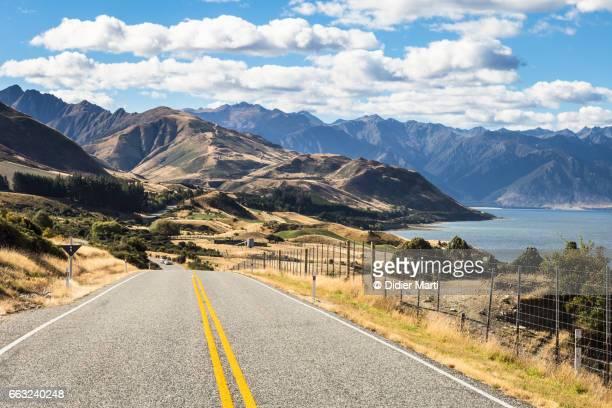 on the road along lake hawea near wanaka in new zealand south island - wanaka - fotografias e filmes do acervo