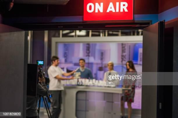 on the set of a cosmetics infomercial - programa de televisão imagens e fotografias de stock