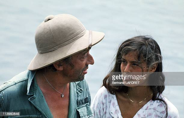 On the Set of the Movie Equateur In Gabon On February 01 1983 French actor singer and director Serge Gainsbourg with his girlfriend Bambou on the set...