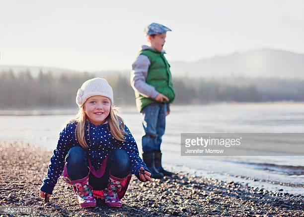 on the shore - nur kinder stock-fotos und bilder