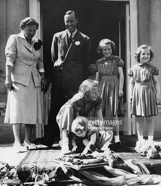 On the steps of the Soestdijk Palace Queen Juliana and Prince Bernhard watch Princess Beatrix who laugh with her little sister Princess Marijke and...