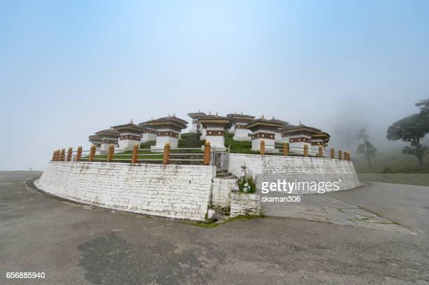 on the way to dochula pass 108 chortens, bhutan - dochula pass stock-fotos und bilder