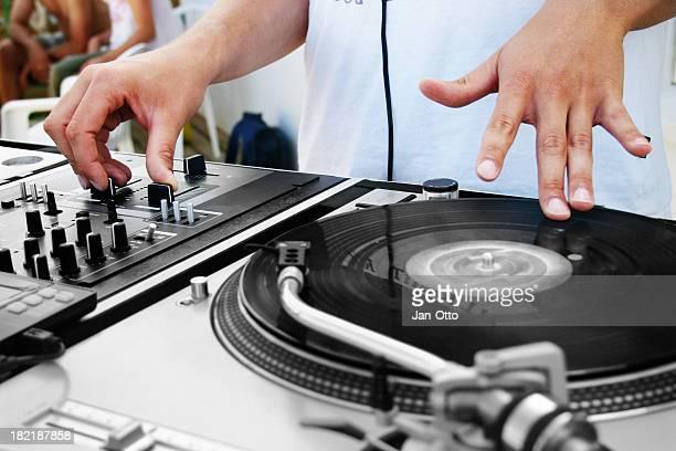 dj sur platine de disque vinyle - dj photos et images de collection