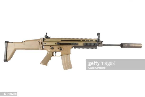 fn scar on white background - rifle fotografías e imágenes de stock