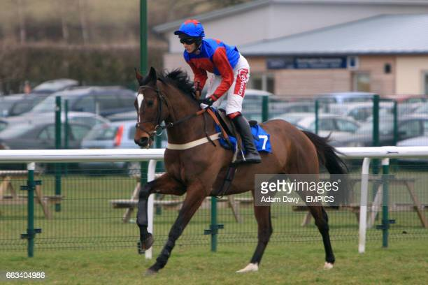 Oncle Kid ridden by Loam Heard going to post for the John Bigg Oxo Handicap Chase