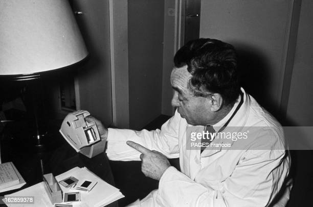 Oncologist Professor Bernard Halpern In His Laboratory Of Broussais Hospital France Paris 29 décembre 1964 le professeur Bernard HALPERN cancérologue...