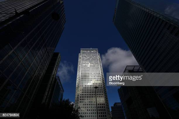 One Canada Square which houses the European Banking Authority stands in the Canary Wharf financial business and shopping district in London UK on...
