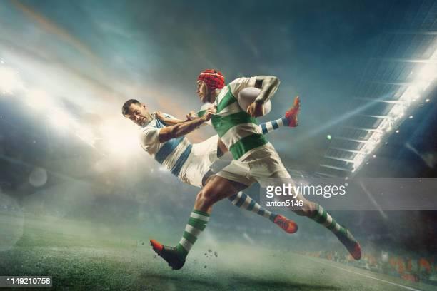 ein kaukasischer rugby-männlichen spieler in aktion - forward athlete stock-fotos und bilder