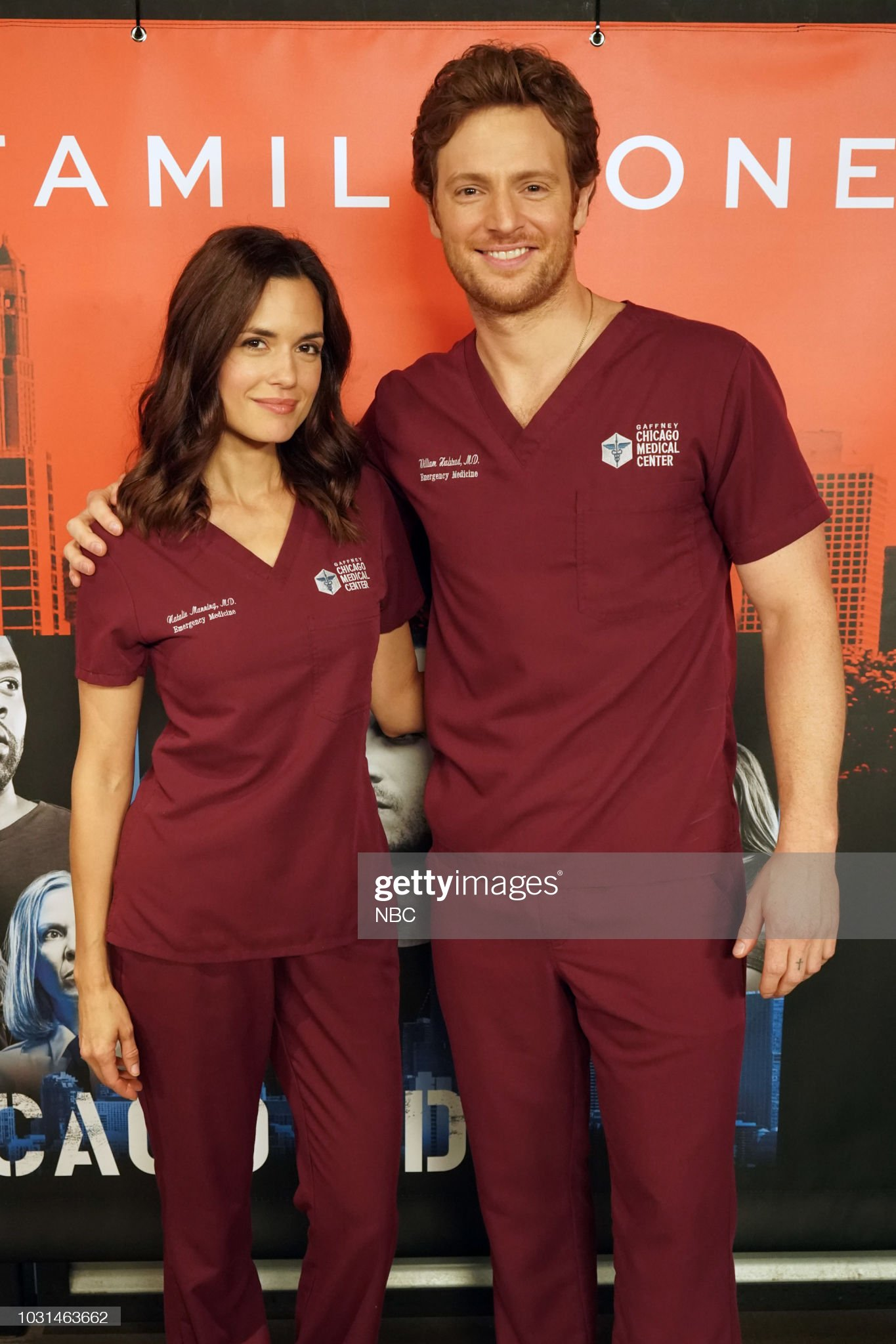 ¿Cuánto mide Torrey DeVitto? - Real height One-chicago-day-pictured-torrey-devitto-nick-gehlfuss-chicago-med-at-picture-id1031463662?s=2048x2048