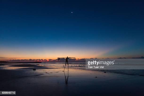 one fisherman on the beach, dawn, vietnam - ナムディン ストックフォトと画像