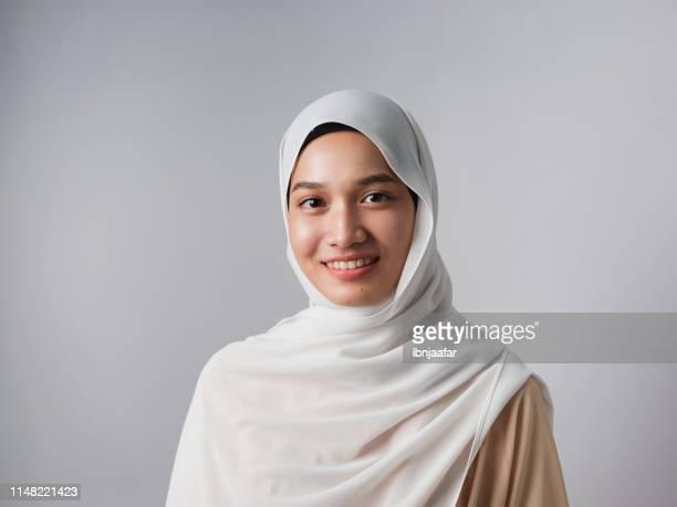 een meisje glimlach in studio shot - islam stockfoto's en -beelden