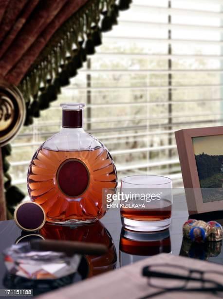 Un verre de Cognac et de la bouteille sur une Table près de la fenêtre