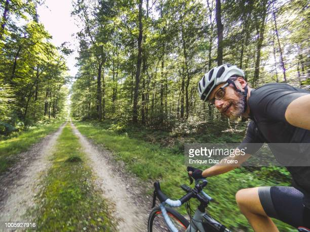 one handed cycling through loire valley - wielrennen stockfoto's en -beelden