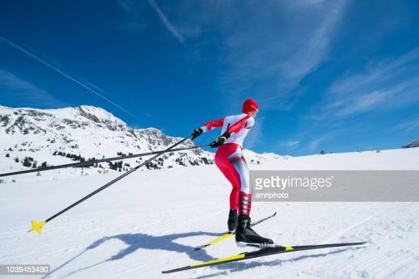 斜面の上でスケート スキーヤー クロス 1 人の男性 - クロスカントリースキー ストックフォトと画像
