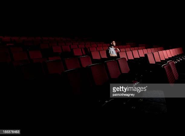 Ein Mann in einem leeren Kino