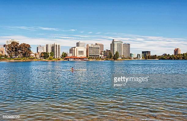 un hombre scull lago merritt con paisaje de la ciudad de fondo - oakland condado de alameda fotografías e imágenes de stock