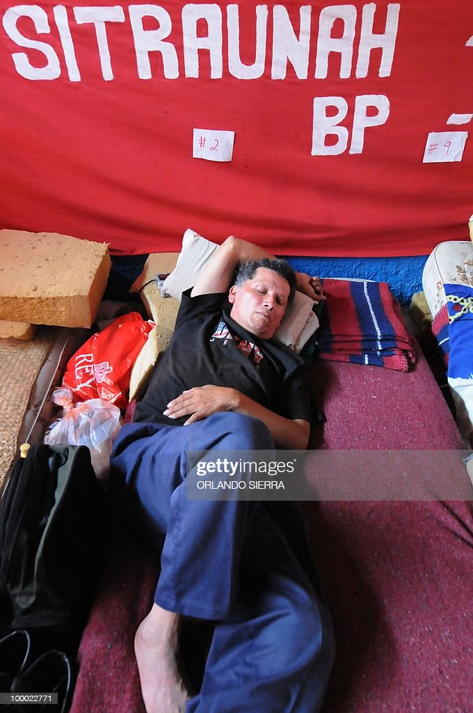 One member of the Workers Union of the National Autonomous University of Honduras stands with other ten coworkers his 24th day of hunger strike demanding the restitution of 180 dismissed employees, in Tegucigalpa on May 20, 2010. AFP PHOTO/Orlando SIERRA