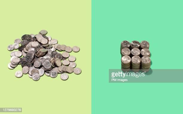 one messy and one neat pile of coins - pilha arranjo - fotografias e filmes do acervo