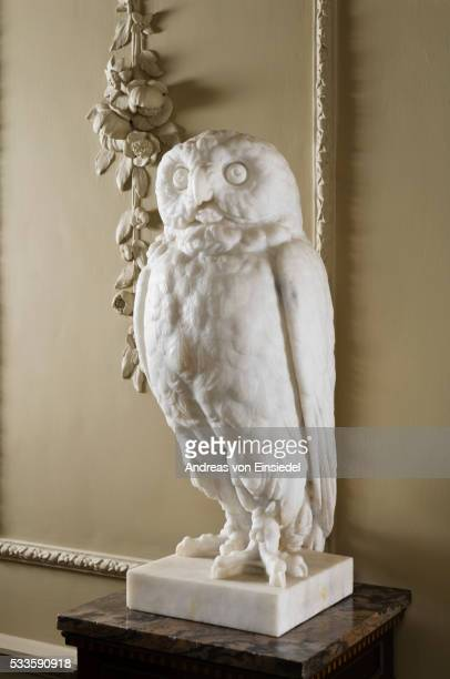 one of a pair of athenian owl sculptures in the staircase hall at wallington, northumberland - モーペス ストックフォトと画像