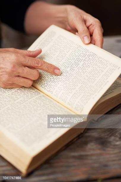 en av hennes favorit verser - bibel bildbanksfoton och bilder