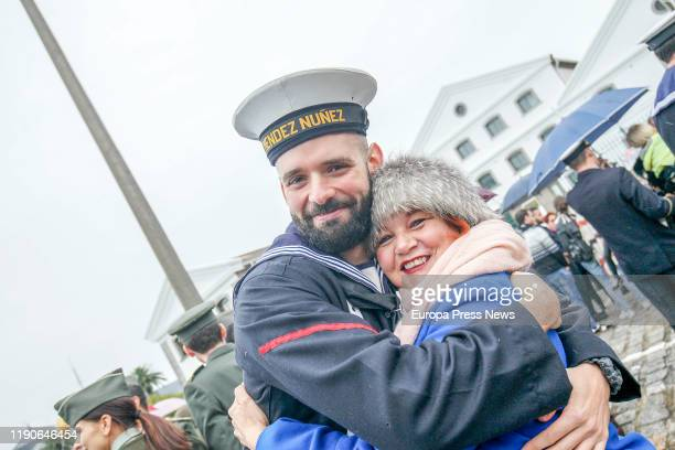 """One of the crewmembers of the frigate """"Mendez Nuñez"""" with his relative after more than seven months of circumnavigation on November 28 2019 in La..."""