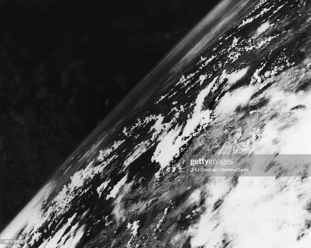 One Of The 1st Photos Of Earth From Space : Fotografía de noticias
