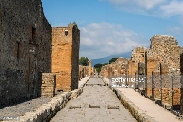 one of the main paths in the roman city of pompeii (pompei, campania, italy) - pompeya fotografías e imágenes de stock