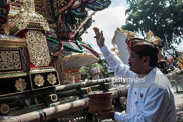 One of the Puri Agung Ubud family member splashes holy water to the bade on May 14 2013 in Ubud Bali Indonesia Tjokorda Ngurah Wim Sukawati died in a...