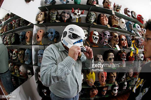 One of the traditions in Ecuadorto dismiss the year is buying masks that characterize the political artistic and social characters that generated...