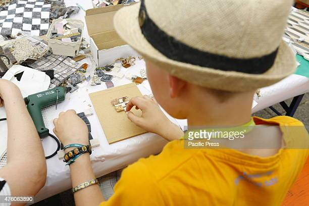 One project at the 35th German Protestant Church Congress is the construction of a wooden round church by volunteers Here a boy creates a mosaic that...